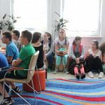 Wycieczka gimnazjalistów w bibliotece